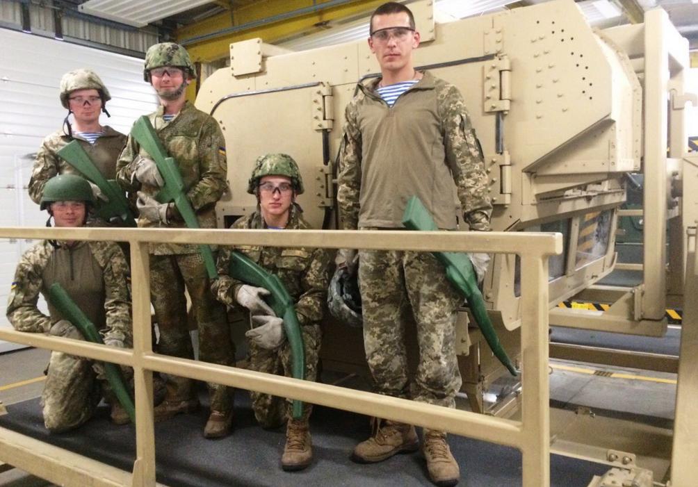 Резиновые автоматы украинских десантников