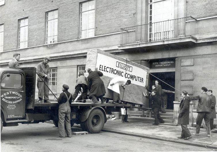 Перевозка компьютера в 1957 году