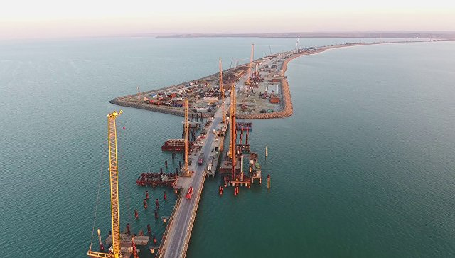 Установлена половина свай Керченского моста