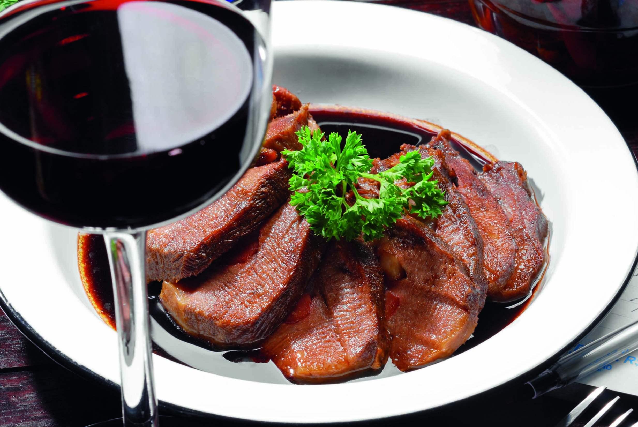 Красивая фотография вина и мяса